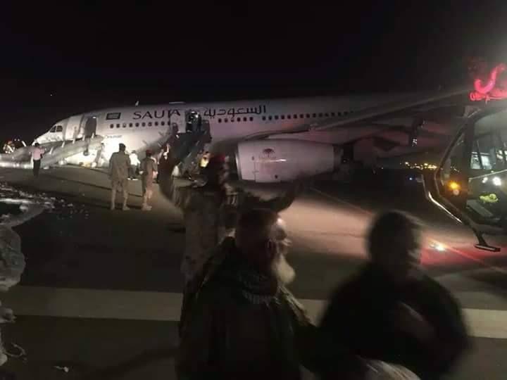 Более 50 человек получили ранения при посадке самолета без шасси в Саудовской Аравии - ВИДЕО