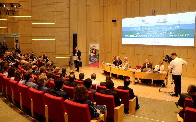 В университете АДА проходит официальное мероприятие, посвященная 100-летию Азербайджанской Демократической Республики - ФОТО