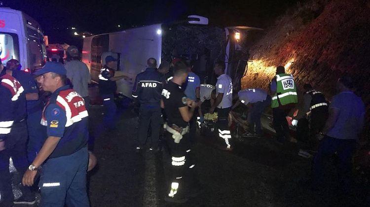 Karaman'da yolcu otobüsü devrildi - 3 ölü, 39 yaralı