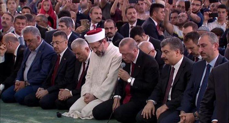 Erdoğan 15 Temmuz'da hayatını kaybedenler için canlı yayında Kuran okudu - VİDEO