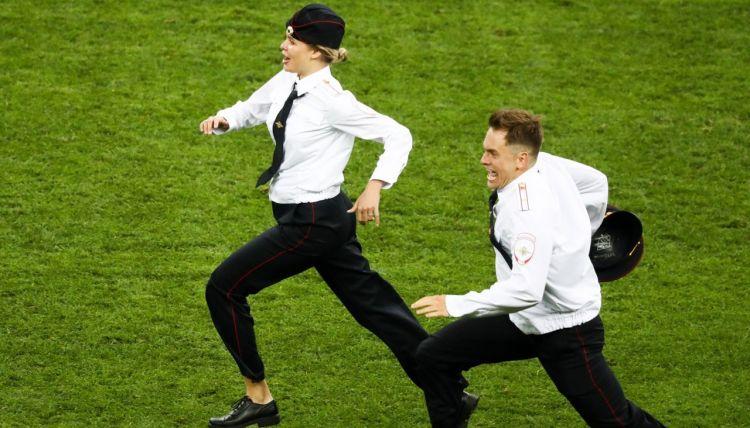 «Милиционер вступает в игру». Как и зачем Pussy Riot прервали финал чемпионата мира по футболу