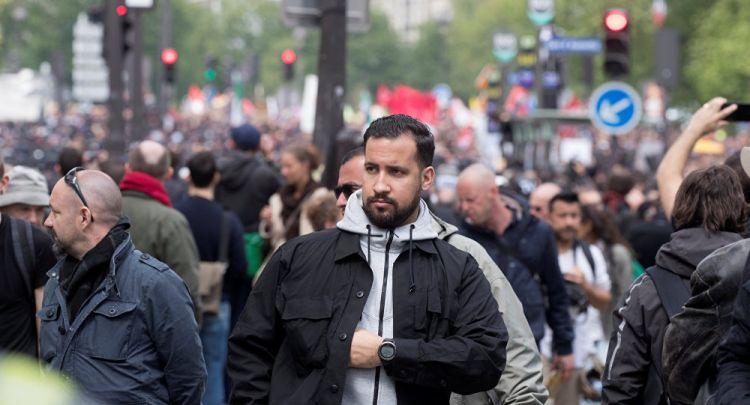 Macron'un polis kılığına giren güvenlik danışmanı 1 Mayıs eylemcilerine şiddet uygularken görüntülendi - VİDEO