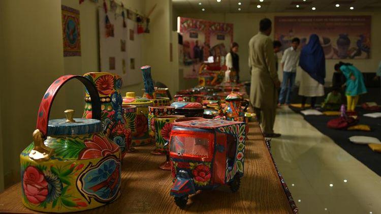 Pakistanlı çocuklar 'kamyon boyama sanatını' öğreniyor