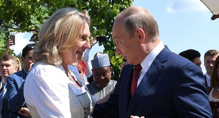 شاهد... بوتين يرقص مع وزيرة خارجية النمسا في حفل زفافها - الفيديو
