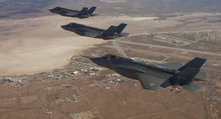 F-22 ile F-35 savaş uçaklarının havadaki 'it dalaşı' görüntülendi