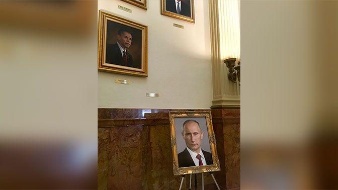 В США вместо фото Трампа выставили портрет Путина