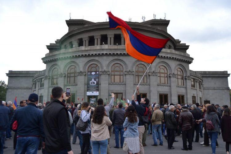 """Ermənistanda """"məxməri inqilab""""dan sonrakı durum ile ilgili görsel sonucu"""