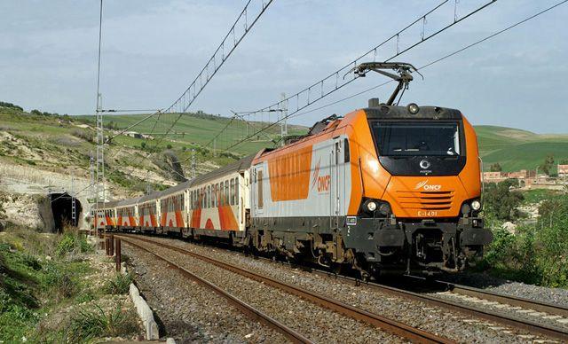 Пассажирский поезд сошел с рельсов в Марокко, есть пострадавшие - ВИДЕО