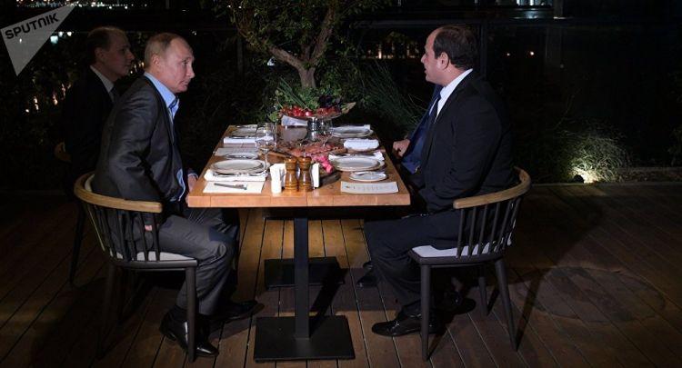 بوتين يفاجئ الجميع بسؤاله لمواطنين روس عن مصر أمام السيسي (فيديو) - الفيديو