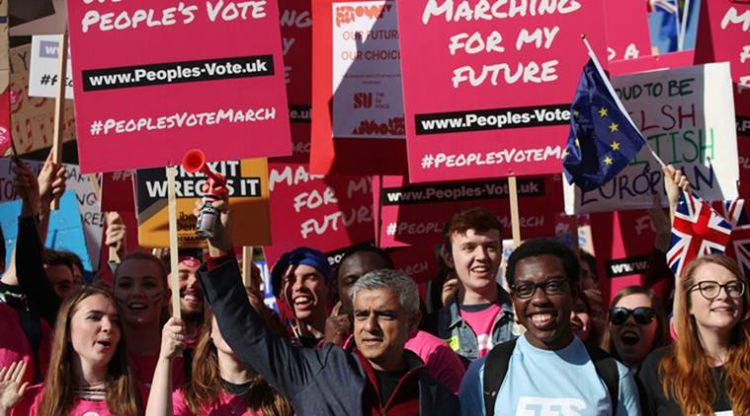 Hundreds of thousands take to streets in London demanding second Brexit vote