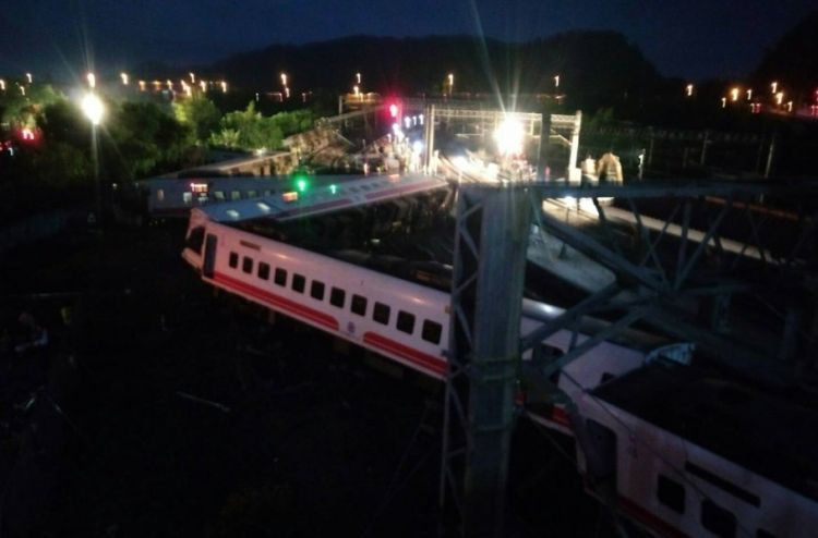Число пострадавших при аварии поезда на Тайване превысило 100 человек, 17 погибших - ВИДЕО - ФОТО