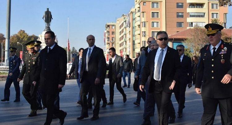 """""""Hepsini görevden alın"""" - Atatürk'ü anma töreninde gecikme yaşanınca Konya Valisi"""