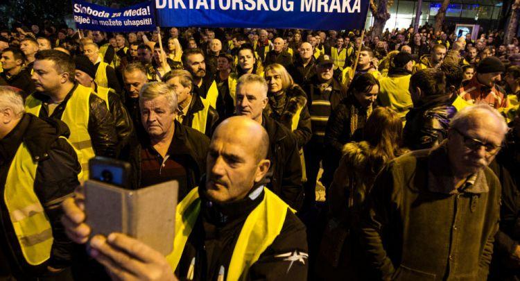 Французское эхо - в Черногории оппозиция вышла на акцию протеста в жёлтых жилетах
