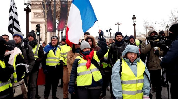 Less yellow at Champs-Élysées - Protesters march in Paris demanding Macron resign