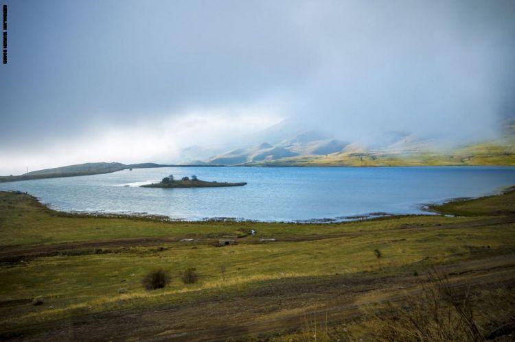بحيرة غريبة تجذب الزوار في أذربيجان.. ما سر هذه الجزيرة التي تتحرك في وسطها؟ - سياحة
