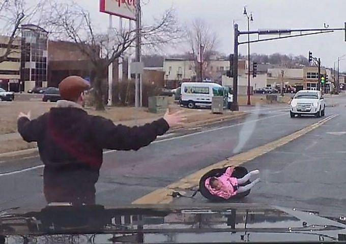 Двухлетний ребёнок выпал из автомобиля вместе с детским сиденьем - ВИДЕО