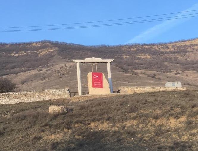 Bir Gecenin Sırrı: Şehit Türk askerinin anıtı nasıl değiştirildi? - Araşdırma