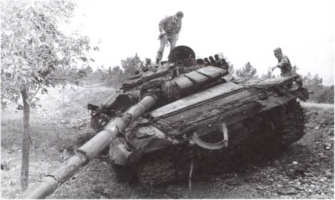 Азербайджанский  БМП таранил армянский танк