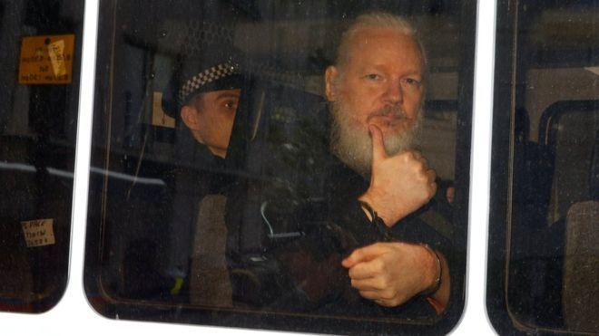 جوليان أسانج: لماذا اعتقل مؤسس ويكيليكس بعد أعوام من اللجوء لسفارة الإكوادور في لندن؟