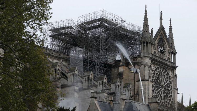 """فرنسا: فرق الإطفاء تنجح في """"السيطرة"""" على حريق كاتدرائية نوتردام و""""إنقاذ الهيكل الرئيسي"""" - الفيديو"""