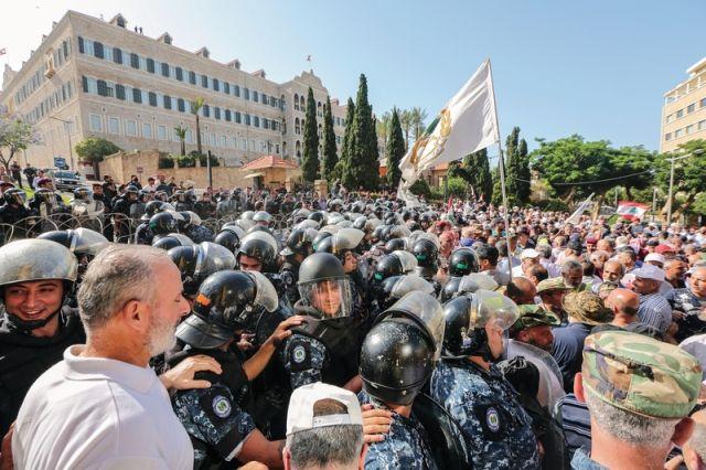 احتجاجات غاضبة في لبنان على نية الحكومة خفض الرواتب