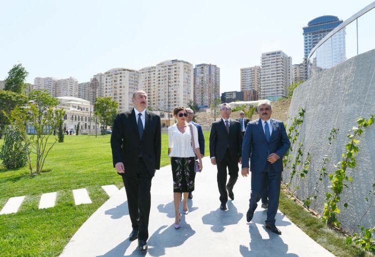 حضور الرئيس إلهام علييف والسيدة الأولى مهريبان علييفا افتتاح الحديقة المركزية والميدان في باكو - صور