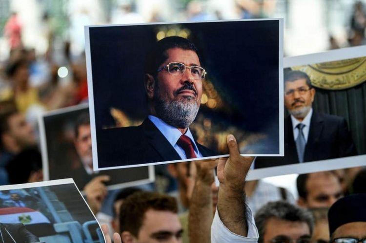 Mısır demokrasisi dün Mursi'yle beraber bir kafeste öldü