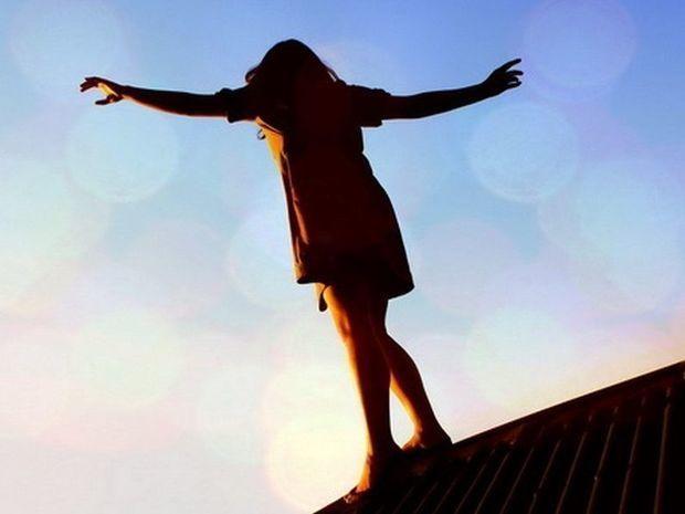 Опасно ли сидеть на крыше дома, свесив ноги? - ВИДЕО