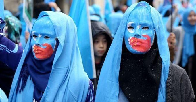 «Согласно данным ООН и отчетам Европейского парламента, 1 миллион Уйгурских турков подвергаются нарушениям прав человека в лагерях, где их подвергают пыткам»
