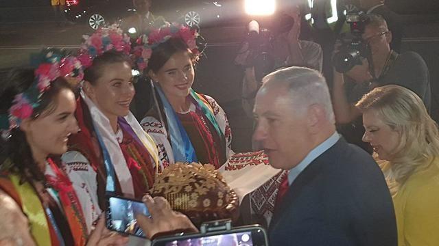 Жена Нетаньянху бросила в Украине приветственный каравай на землю