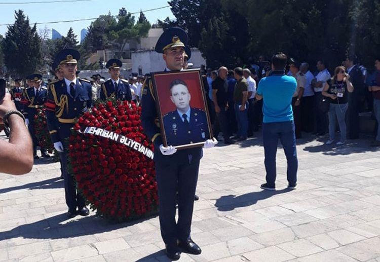 Azerbaycanlı Pilota Son veda - Belediyye başkanı ve Bakan yardımcısı gözyaşlarına hakim olamadı