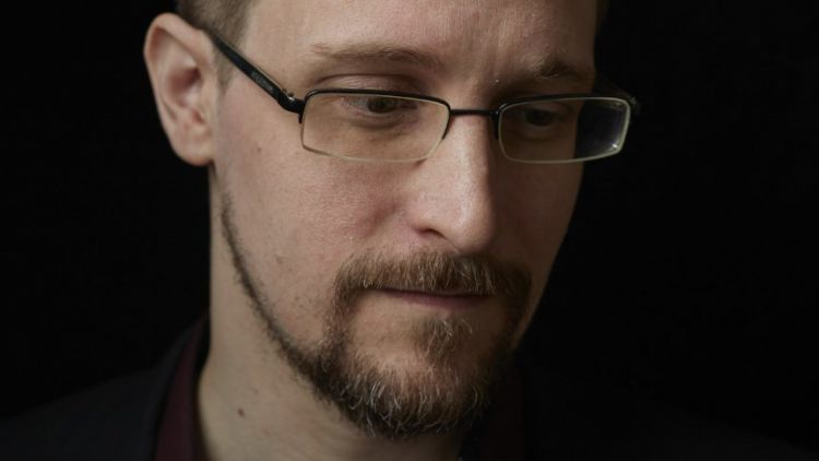 How is Snowden able to walk in Moscow streets anonymously?g