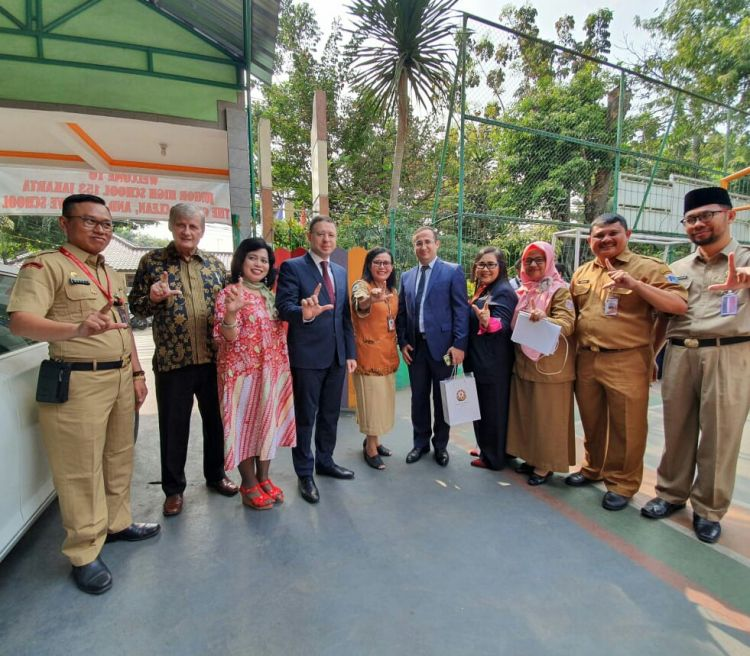 Ambassador of Azerbaijan delivered literacy at 153 junior school Jakarta