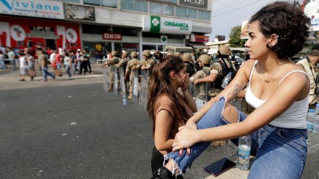 """النساء في مظاهرات لبنان: متظاهرات يكسرن صورة نمطية عن اللبنانيات وإشادات عربية ب""""الجميلات الثائرات"""""""