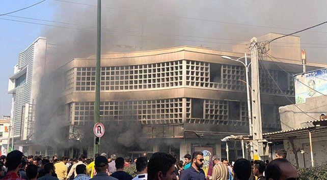 Halk askeri, devlet ve dini merkezleri yaktı - Tebriz ayakta! - VİDEO
