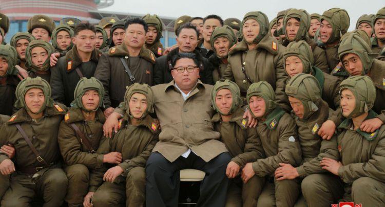 زعيم كوريا الشمالية يشرف على تدريبات جوية