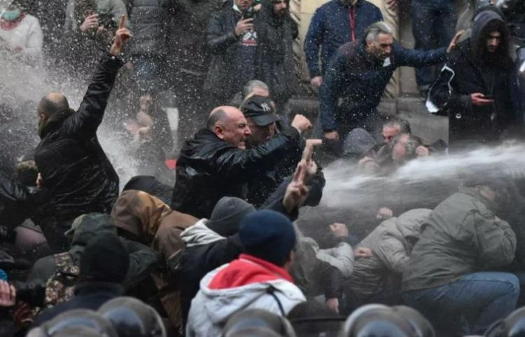 Tbilisidə polis insanların üzərinə su şırnağı vurdu - VİDEO