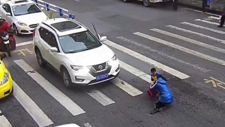 البراءة في أسمى صورها.. ماذا فعل طفل أطاحت سيارة بأمه؟ - الفيديو