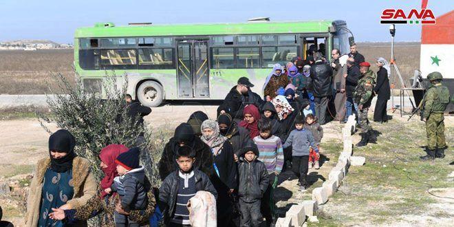 خروج عشرات المدنيين من مناطق انتشار الإرهابيين بريفي حلب وإدلب… والتنظيمات الإرهابية تستهدف ممر الحاضر بالقذائف