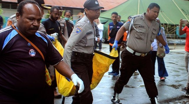 Endonezya'da sel nedeniyle asma köprü çöktü: 7 ölü