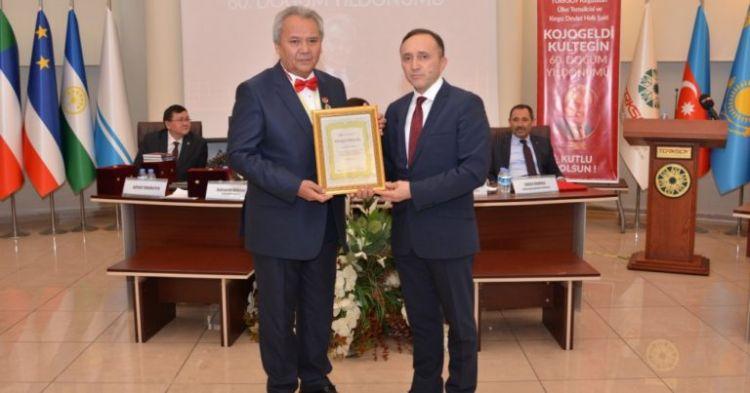 Kırgız şair, Azerbaycan tarafından Fahri Ferman'la ödüllendirildi