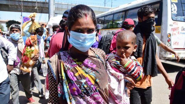 Koronavirüs: Hindistan'da salgın sonrası sokağa çıkma yasağı insani trajediye dönüştüg