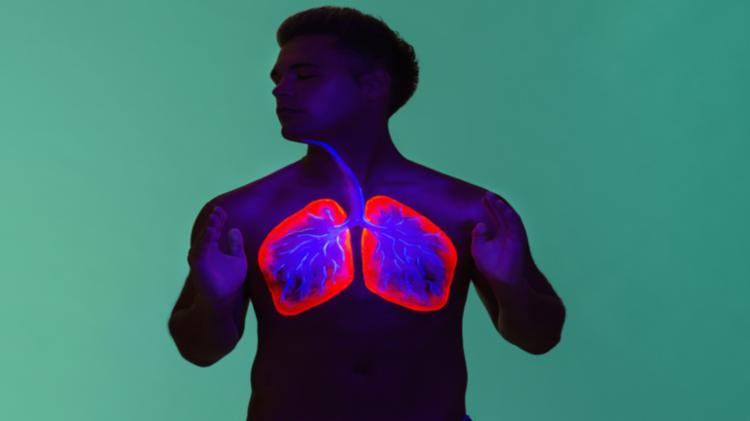 طبيب يكشف عن تقنية تنفس طبيعية تساعد في تخفيف أعراض كورونا - الفيديو