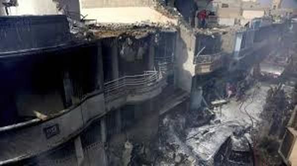 Pakistanda 96 nəfərin öldüyü təyyarə qəzasının görüntüləri yayıldı - VİDEO