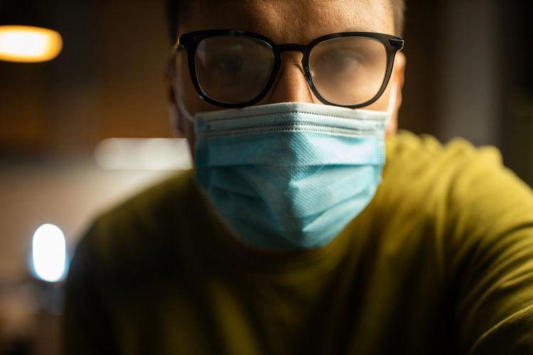 Maske takarken gözlüklerinizin buğulanmasının önüne nasıl geçersiniz?