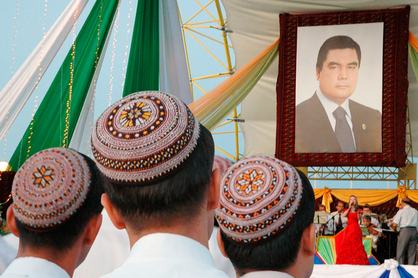 В Туркмении запретили коронавирус. Больных прячут в бараках, за ношение маски грозит тюрьма
