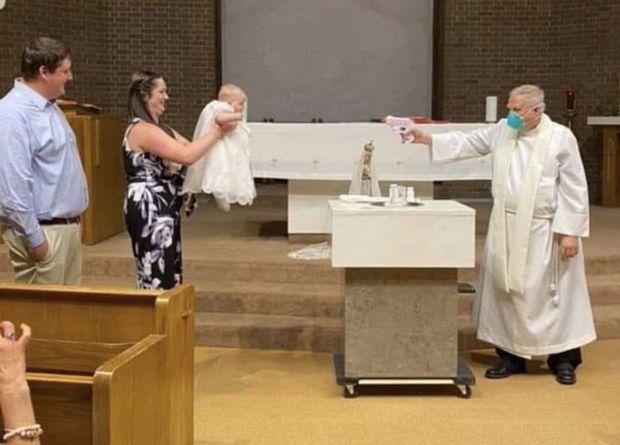 В США священники крестят детей из водяных пистолетов