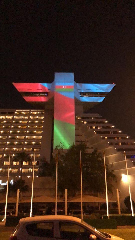 تم إضاءة أحد أكثر المباني شهرة وفريدة من نوعها في مدينة الدوحة، عاصمة قطر، بألوان العلم الأذربيجاني