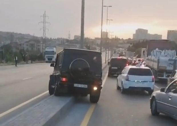 В Баку водитель Gelandewagen грубо нарушил ПДД, пытаясь объехать затор - ВИДЕО