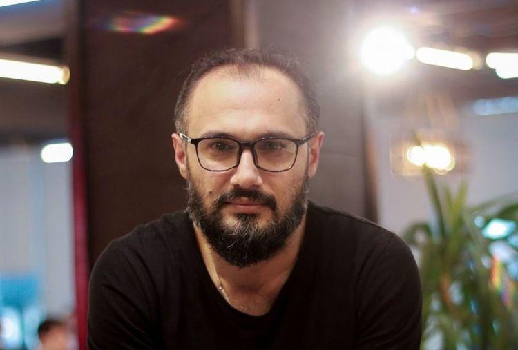 ru/news/culture/433357-azerbaydjanskiy-rejisser-pokajet-v-svoem-seriale-mujestvo-vratchey